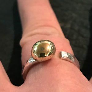 STRANDSTEN | Sølvring med stor guldkugle