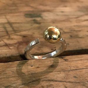 STRANDSTEN   Sølvring med stor guldkugle