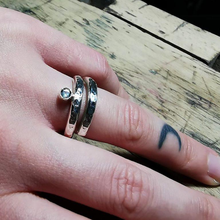 FJORDGLIMT   Viklet ring med ædelsten